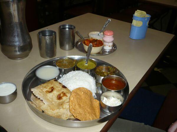 Und ein typisches mittagsmenü für 30 rupies 50 cent